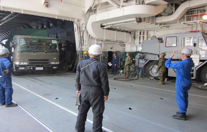 輸送艦「しもきた」硫黄島への物...